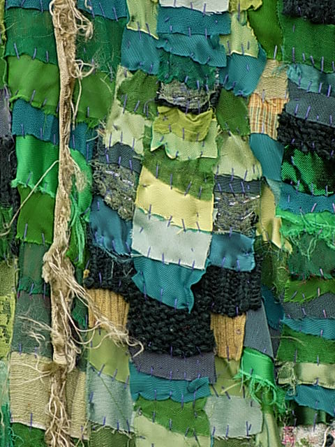 Naturally frayed fabrics give a flat textile texture, volume and depth